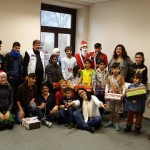 """Aktion """"Happy Box"""" auf Hammond - Das Team der perspektive Kinder und die helfenden Engel mit den fröhlichen Kindern"""
