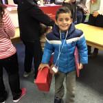 Glückliches Kind mit der Happybox