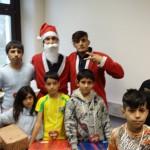Nikolaus von perspektive Kinder und sein Adjudant auf Hammond mit den glücklichen Kindern