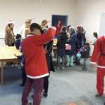 Nikolaus verteilt die Lebkuchenherzen an die Asylantenkinder auf Hammond