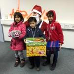 Nikolaus und glückliche Kinder mit Ihrem Lebkuchenherz