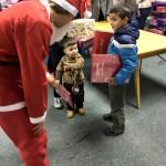 Strahlende Kinder mit Ihrer Happybox, einem Adventskalender und einem Lebkuchenherz