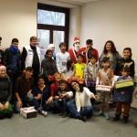 """Aktion """"Happy Box"""" auf Hemmond - Das Team von perspektive Kinder und """"die helfenden Engel"""" mit den fröhlichen indern"""